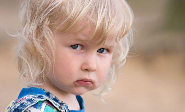 Häpeä voi syödä lapsen itsetuntoa ja aiheuttaa hänelle ongelmia myös aikuisiällä.