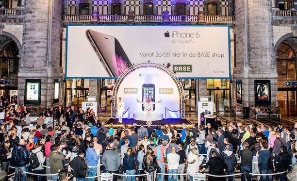 Erityisesti älypuhelimien yleistyminen uhkaa hukuttaa maailman tallennettuun dataan. Kuvassa iPhone 6:n julkistusta Belgiassa.