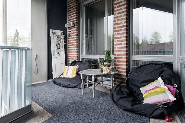Miksi parvekkeella pitäisi olla perinteisiä tuoleja? Säkkituolit tuovat extramukavuutta kesän löhöilyhetkiin.