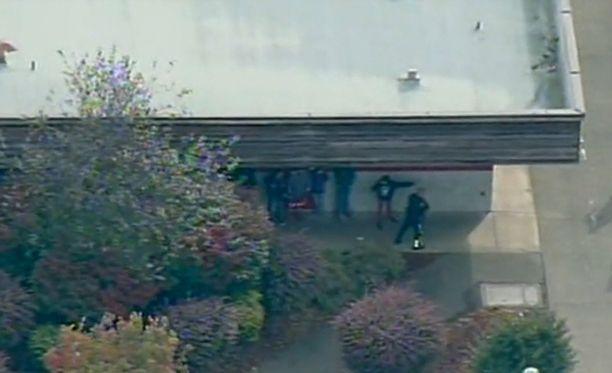 Oppilaat juoksivat koulusta ulos pian ampumisen alettua puoli yhdeltätoista paikallista aikaa.