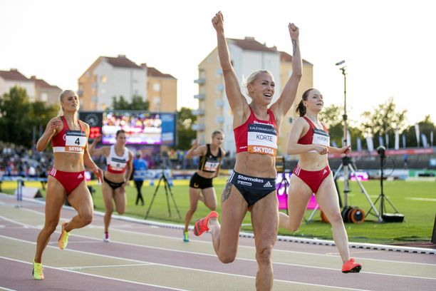 Upeasti Suomen mestaruuden juossut Annimari Korte tuuletti onnellisena.