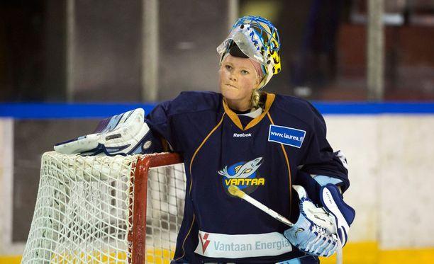 Noora Räty torjui viime kaudella Mestiksessä historian ensimmäisenä naispuolisena maalivahtina.