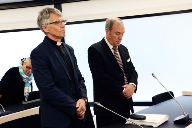 Kirkkoherra Timo Määttä (vas.) edusti oikeudessa Ylivieskan seurakuntaa.