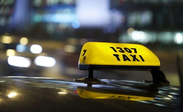 """Poliisi ohjeisti yrittäjää ottamaan taksitunnukset pois, jolloin yrittäjä muutti katolla oleviin tunnuksiin tekstin """"pirssi"""". Kuvituskuva."""