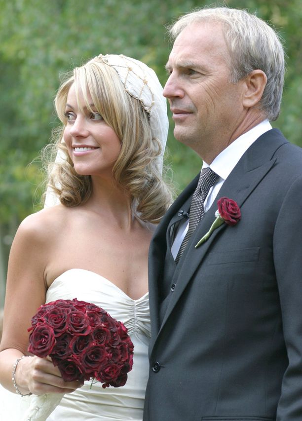 Costner meni naimisiin Christine Baumgartnerin kanssa vuonna 2004.
