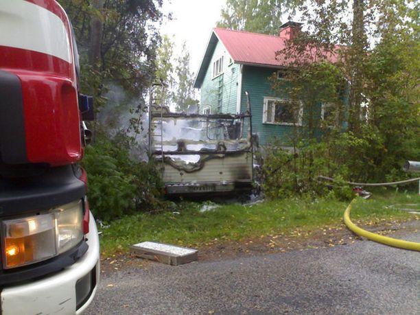 Tulitikkuleikit tuhosivat asuntoauton