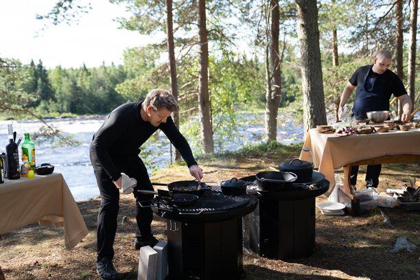 Jakson päätteeksi Mikkola ja Ramsay laittoivat yhdessä ruokaa suomalaisista raaka-aineista.