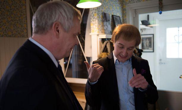 Joonas Nordman antaa antaa vieraalleen pelimerkit. Yleensä Nordman tapaa vieraansa ennen kuvauksia. Nyt miehet kohtasivat vasta kuvauspaikalla.
