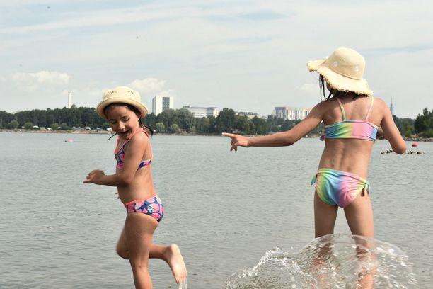 Lilli ja Nanna tykkäävät pelata vedessä erilaisia pelejä.