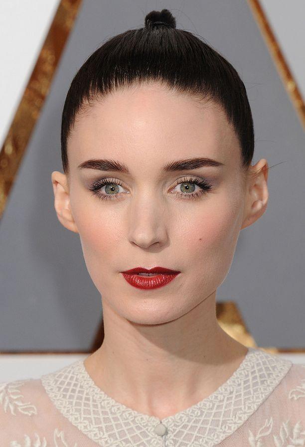 Rooneyn meikki toi mieleen Lumikin. Näyttelijätär todistaa, että voimakas punainen sopii myös ohuille huulille.