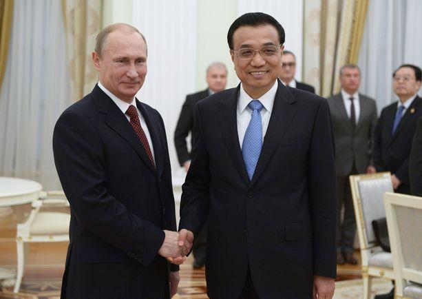 Venäjä tähyää yhä vahvemmin idän suuntaan, mutta maiden väliset sopimukset suosivat entistä enemmän Kiinaa, sanoo tutkija Arkadi Moshes. Kuvassa Putin ja Kiinan pääministeri Li Keqiang Moskovan Kremlissä viikko sitten.