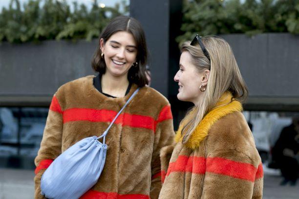 Matilda sekä Karoline olivat sattumalta valinneet korviinsa myös tismalleen samanlaiset Weekdayn korvakorut.