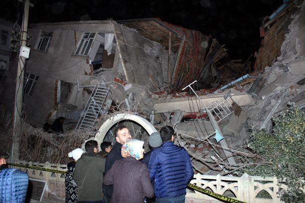 Ihmisiä maanjäristyksessä sortuneen talon edessä Elazigin kaupungissa Turkissa.