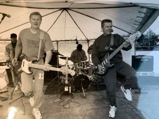 Fröbelin palikoiden nimi tulee kasvatuspedagogi Friedrich Fröbelin 1800-luvulla keksimistä puupalikoista. Kuva on otettu vuonna 1993, jolloin yhtyeen jättihitti Sutsisatsi oli juuri julkaistu.