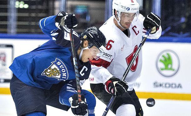 Kapteenit vastakkain: Mikael Granlund vääntää Sveitsin Raphael Diazin kanssa.