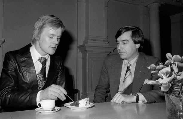 Ari Vatanen (vas. ) ja toimittaja Timo Putkonen  kaupunginjohtaja Teuvo Auran Hankirallin kahvitilaisuudessa Helsingin Kaupungintalolla 4. maaliskuuta 1976. LEHTIKUVA / STEVE POWELL