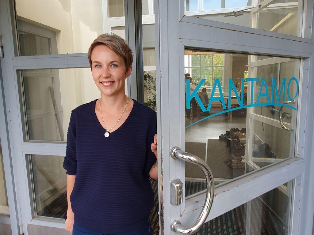 Alkoholiriippuvuudesta eroon päässyt Elina Vaittinen-Kulmala auttaa nyt päihdeterapeuttina muita viinan kanssa kamppailevia.