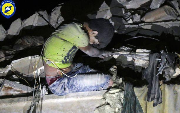Syyrialaispoika oli jäänyt jumiin pommituksissa sortuneen talon raunioihin Itä-Aleppossa.