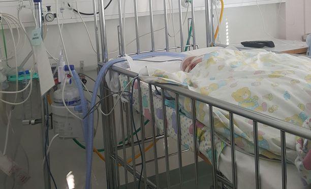 Eveliina Miettisen kolmeviikkoinen vauva joutui sairaalaan RS-viruksen takia.