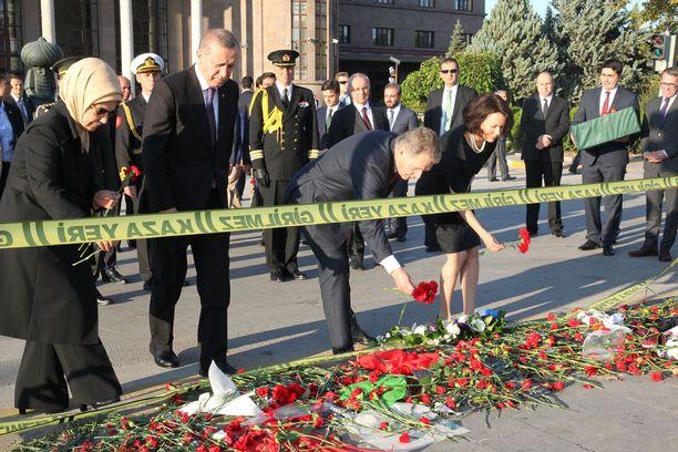 Sauli Niinistö ja Jenni Haukio laskivat kukkaset uhrien muistoksi.