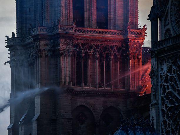 Pariisin Notre Damen tulalo on hallinnassa, viranomaiset ilmoittavat.