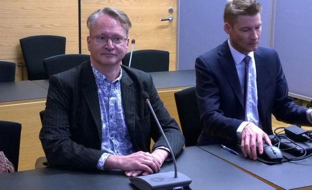 Jon Hellevig (vas.) kuvattuna Helsingin käräjäoikeudessa 2017.