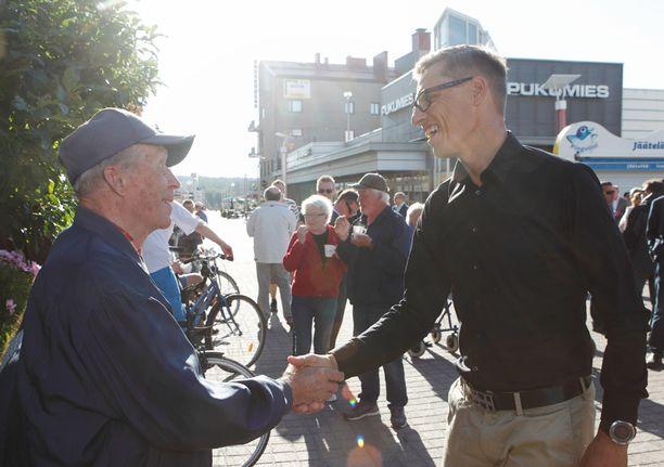 Kokoomusjohtaja Alexander Stubb tapasi tiistaina kansalaisia Rovaniemen torilla.