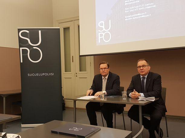 Suojelupoliisin vastatiedustelupäällikkö Seppo Ruotsalainen (vas.) ja päällikkö Antti Pelttari.