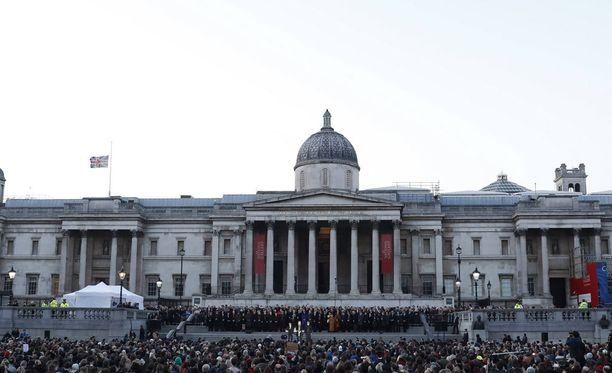 Trafalgar Square on yksi Lontoon vilkkaimmista paikoista. Kuvituskuva aukiolta.