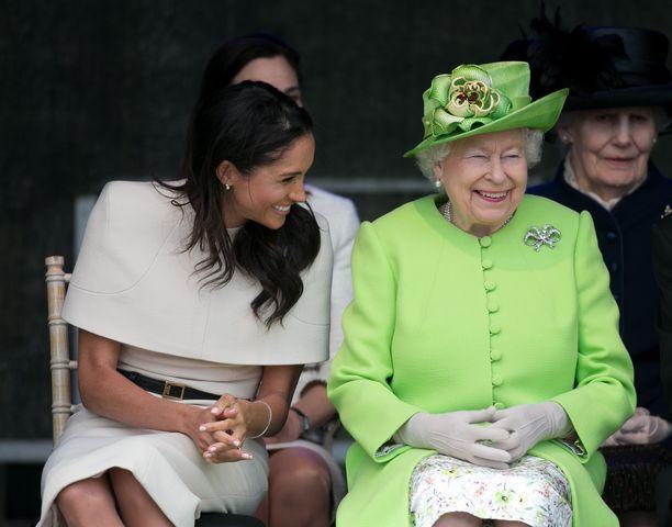 Herttuatar Meghan sai kuningatar Elisabetin nauramaan heidän edustettua yhdessä Cheshiressä.