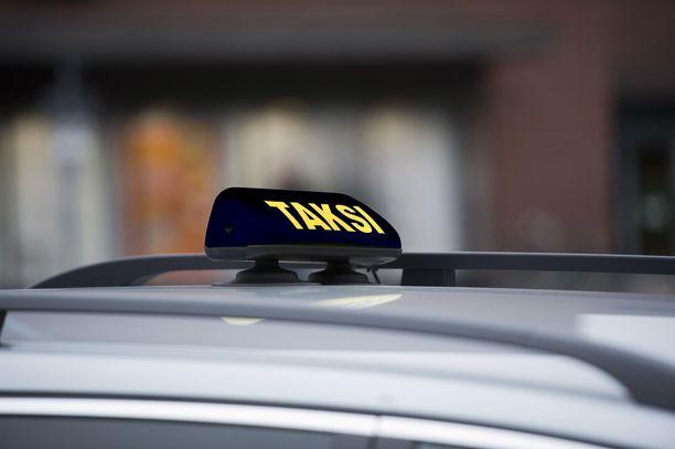 Taksikuski raiskasi naisasiakkaan kesken ajon ja yritti jatkaa tekoa hiljaisella parkkipaikalla. Kuvituskuva.