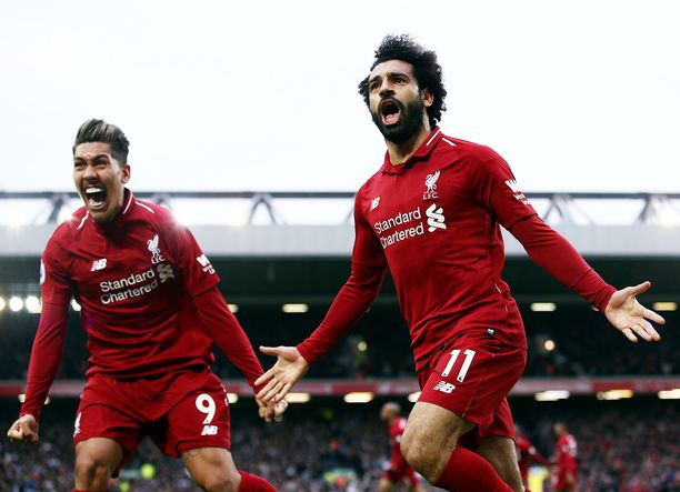 Roberto Firmino ja Mohamed Salah juhlivat Liverpoolin voittomaalia.