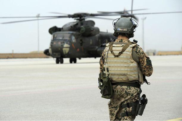 Suomalainen sotilas vartiotehtävissä Afganistanin RS-operaatiossa.