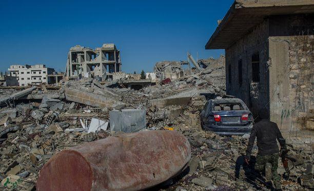 Kaupungissa eteneminen on vaikeaa, koska kadut ovat täynnä tavaraa ja talojen murtuneita seiniä.