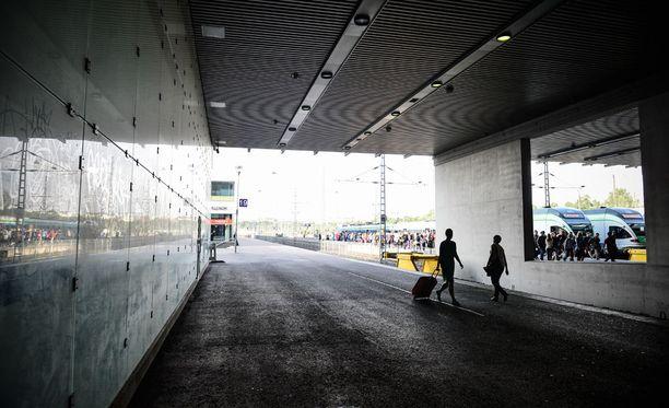 Isä uhkasi perhettään rajusti muun muassa Helsingin rautatieasemalla. Kuvan henkilöt eivät liity tapaukseen.