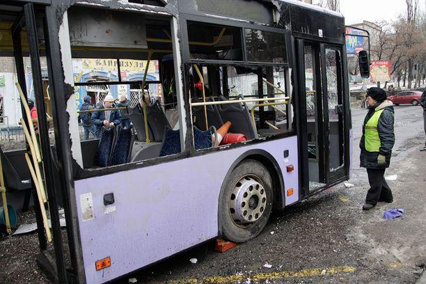 Tykistötuleen joutunut bussi vaurioitui pahoin.
