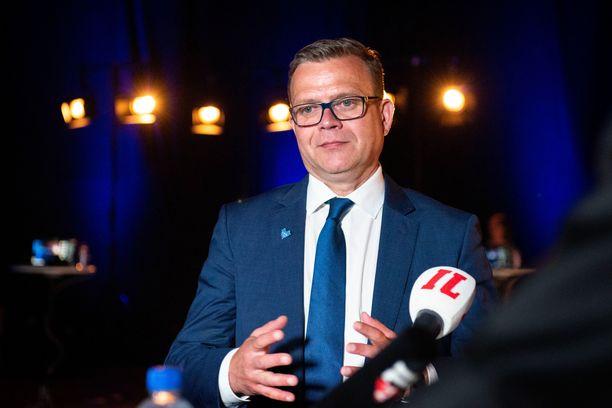 Kokoomuksen puheenjohtaja Petteri Orpo vaalitentissä.