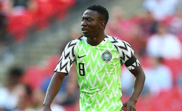 Oghenekaro Etebo ja huiman suosion saanut Nigerian jalkapallomaajoukkueen pelipaita.