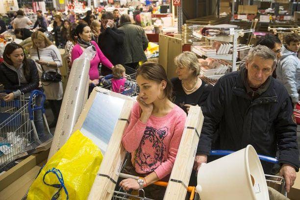 Ihmiset ryntäsivät eilen hamstraamaan tavaraa Moskovan Ikeasta, ennen kuin hinnat nousevat.