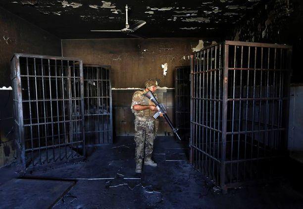 Irakilaissotilas tutki Isisin pidätyskeskusta Fallujassa.