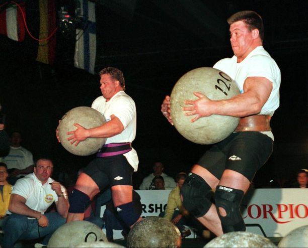 Riku Kiri ja Jouko Ahola (oik.) saavuttivat vuonna 1997 MM-parikilpailun voiton. Atlas-kivet olivat Aholan bravuurilaji, jossa hän harvoin jäi kakkoseksi.