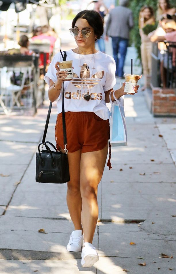 Vanessa Hudgensin t-paidassa kimaltelee Adidaksen logo.