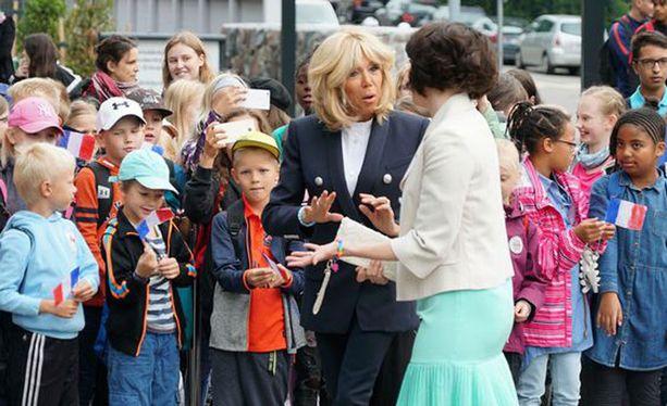 Birgitte Macron oli pukeutunut laivastonsiniseen jakkutakkiin. Rouva Haukio suosi puolestaan kesäisen raikkaita sävyjä.