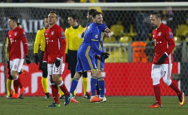 Rostov-pelaajat juhlivat sensaatiomaista 3-2-kotivoittoa.