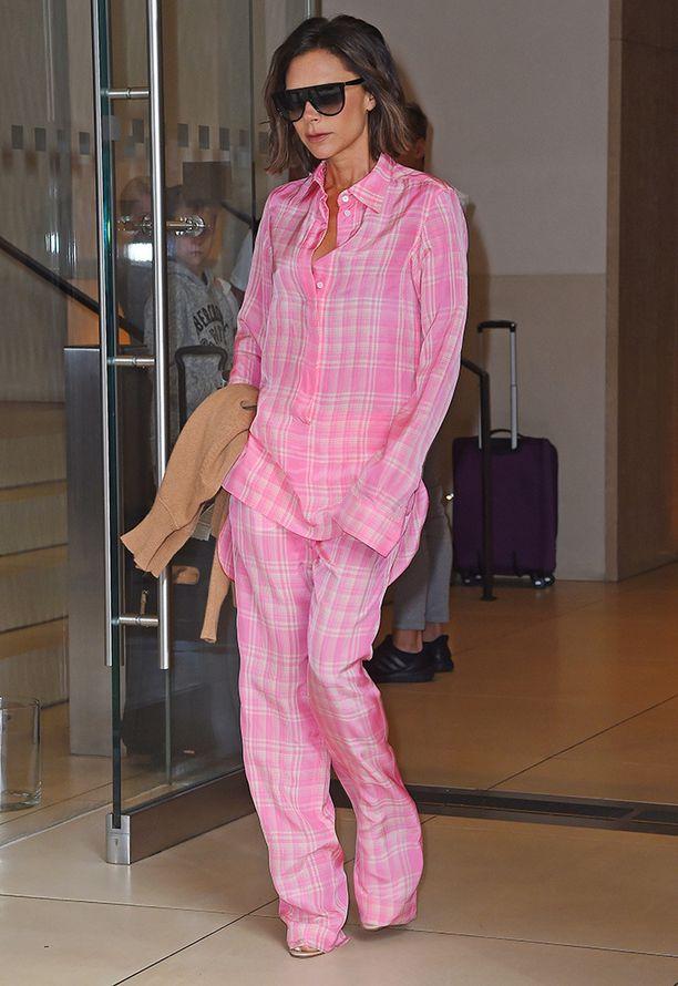 Victoria Beckhamin pyjamatyyli jakaa varmasti mielipiteet. Pisteet pirteästä väristä!