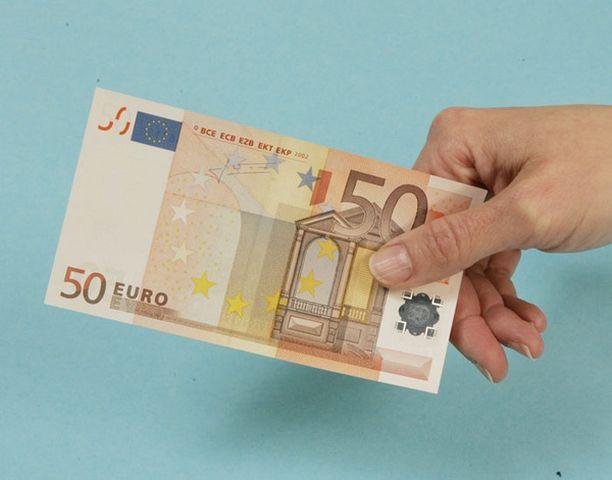 Oikean setelin tunnistaa muun muassa vesileimasta ja hologrammista.