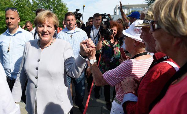 Pakolaiskriisin hallinta luo uusia jakolinjoja Euroopan poliittiseen kenttään. Liittokansleri Angela Merkeliä arvostelevat Saksassa monet.