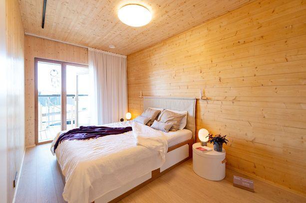 Vanhempien makuuhuone on sisustukseltaan hyvin pelkistetty. Makuuhuone sijaitsee olohuoneen vieressä ja sieltä on käynti parvekkeelle.