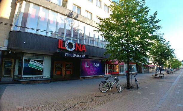 Joensuun keskustassa sijaitseva ravintola Ilona suljettiin yöllä puukotusten jälkeen.