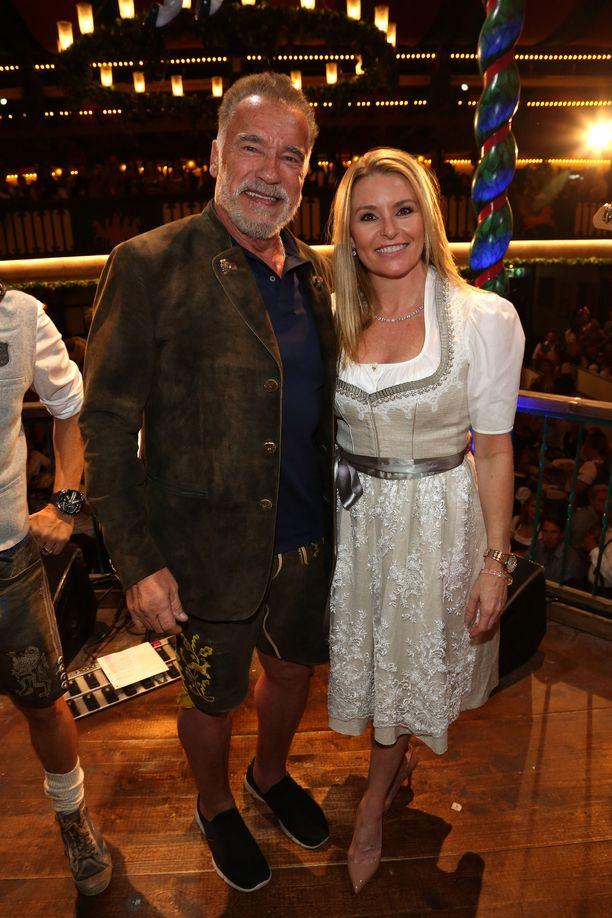 Arnold Schwarzenegger ja Heather Milligan nauttivat yhdessä Oktoberfestien tunnelmasta.
